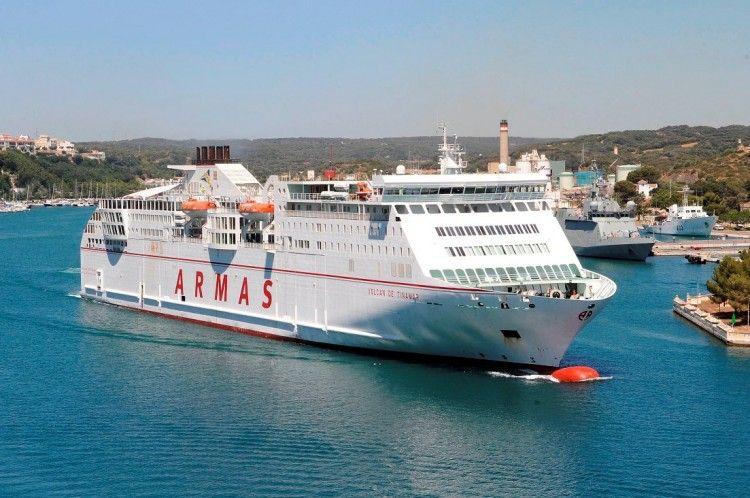 """El ferry """"Volcán de Tinamar"""" maniobra en la hermosa bahía de Mahón"""