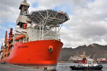 """El buque perforador """"West Polaris"""", a su llegada al dique del Este"""