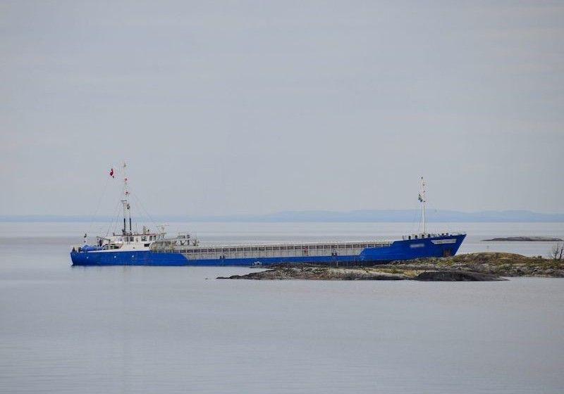 """El buque """"Bonita"""", literalmente subido sobre las piedras"""