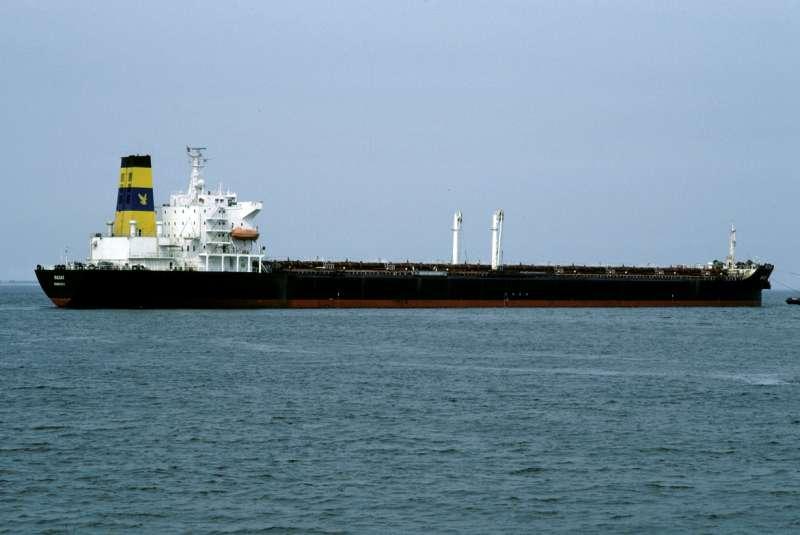"""El OBO liberiano """"Badak"""", enarbolando la contraseña de Ultramar Shipping Co."""