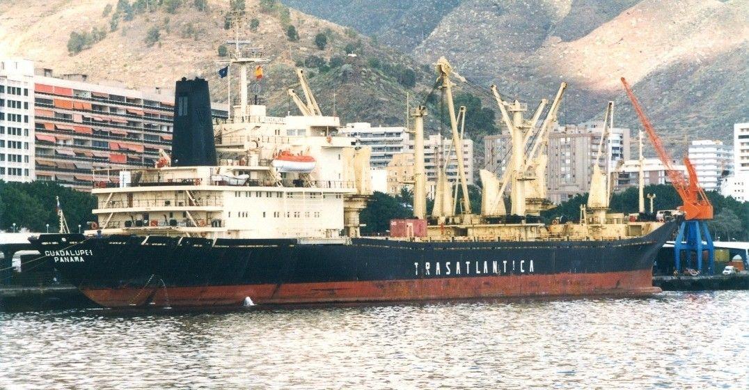 """El buque """"Guadalupe I"""", en una de sus escalas en el puerto de Santa Cruz de Tenerife"""