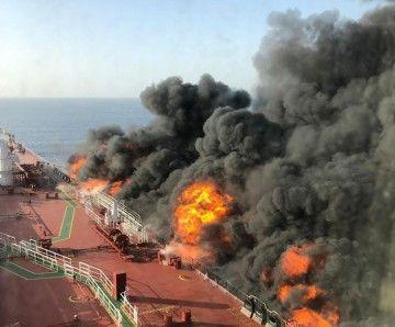 """Imagen del fuego originado en el costado de estribor del petrolero """"Front Altair"""""""