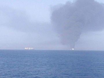 """Una columna de humo se eleva desde la cubierta del petrolero """"Front Altair"""""""