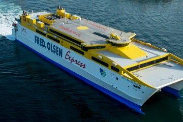 """El catamarán """"Betancuria Express"""" maniobra en el puerto de Las Palmas de Gran Canaria"""