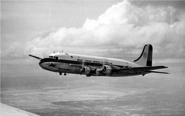 Avión Douglas DC-4 de Iberia en vuelo