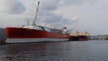 """El buque metanero """"Adriano Knutsen"""", en su fase de armamento a flote"""