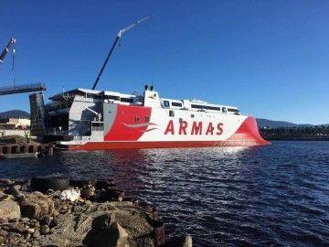 """El catamarán """"Volcán de Tagoro"""", tras su puesta a flote en el astillero Incat"""