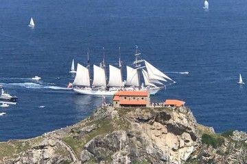 """El buque-escuela """"Juan Sebastián de Elcano"""" pasa delante de la ermita de San Juan de Gaztelugatxe"""