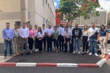 Los nuevos oficiales de Puente y el profesor Juan Antonio Rojas Manrique