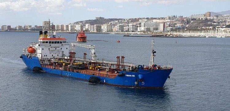 """El petrolero """"Panamá 100"""", fondeada en el antepuerto de Las Palmas de Gran Canaria"""
