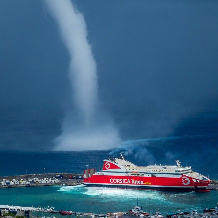 La tromba marina, en las inmediaciones del puerto de Bastia