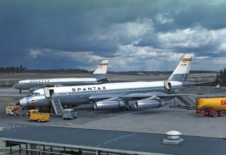 """Dos aviones CV 990A """"Coronado"""" de Spantax"""