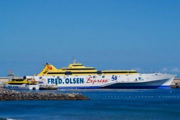 """El trimarán """"Benchijigua Express"""" y el pequeño catamarán """"Benchi Express"""", en el puerto de San Sebastián de La Gomera"""