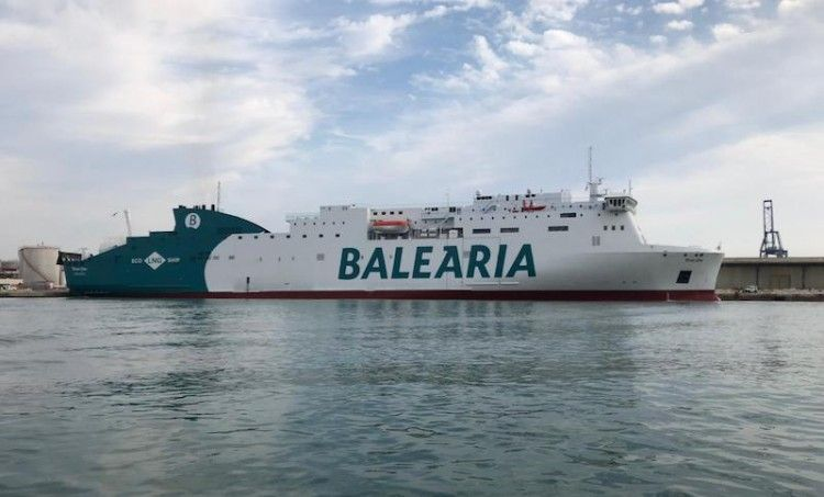 """El buque """"Marie Curie"""", visto en toda su eslora por la banda de estribor, en el puerto de Valencia"""