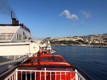 """El ferry """"Volcán de Timanfaya"""" maniobra en el puerto de Funchal"""