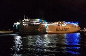 "El ferry ""Abel Matutes"", a su llegada anoche al puerto de Santa Cruz de Tenerife"