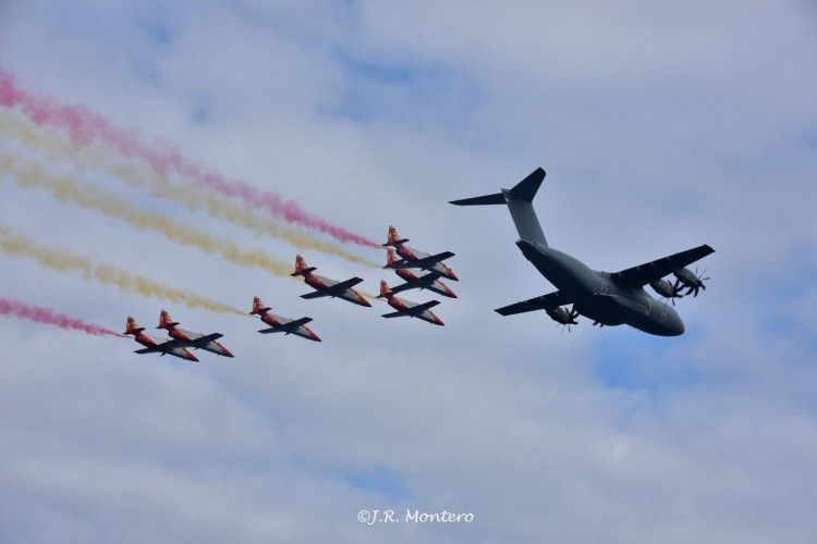 La Patrulla Águila y un avión AM 400 sobrevuelan la zona de exhibición