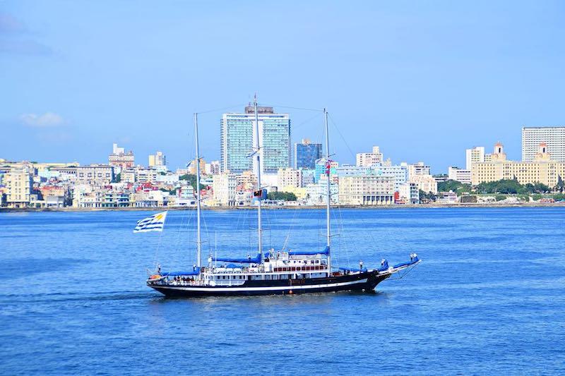 Al fondo destaca el edificio del hotel Habana Libre