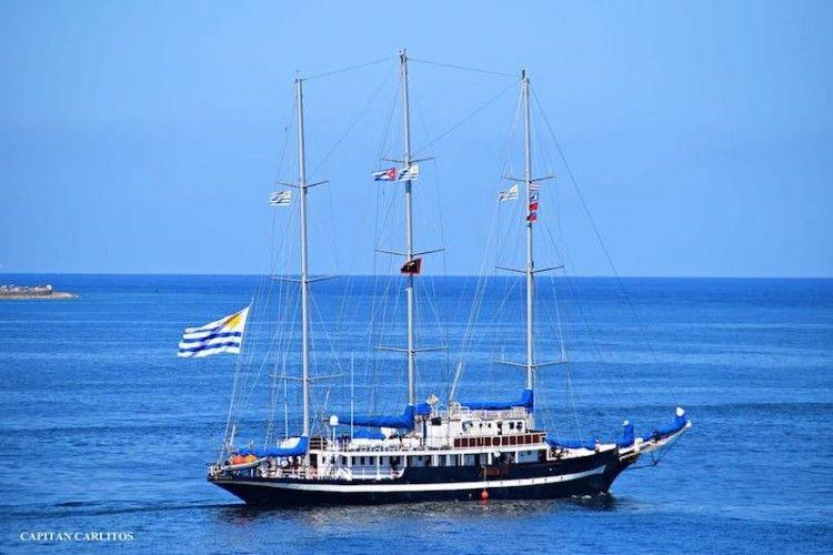 """El buque-escuela ROU """"Capitán Miranda"""", a su salida del puerto de La Habana"""