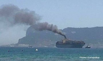 """Con estos humos llegó el buque """"Maersk Sembawang"""" al puerto de Algeciras"""