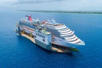 """El buque """"Carnival Vista"""", varado en el buque dique """"Boka Vanguard"""""""
