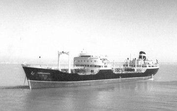 """Estampa marinera del petrolero """"Campocerrado"""", fondeado en lastre"""