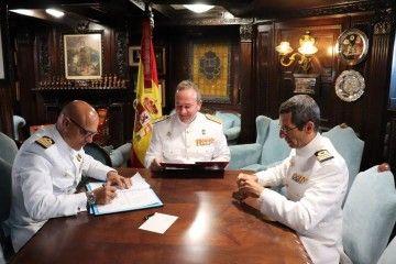 Firma de los documentos de mando en la cámara del comandante del buque-escuela
