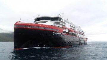 """Vista del buque """"Roald Amundsen"""" por la amura de babor"""