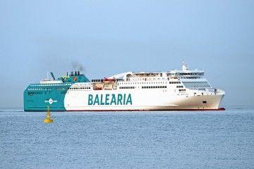 """El ferry """"Abel Matutes"""" salió de Valencia pintado con la contraseña de Fred. Olsen"""