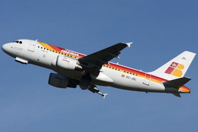 """El avión A319 de Iberia """"Los Llanos de Aridane"""",, despegando del aeropuerto de Zurich"""