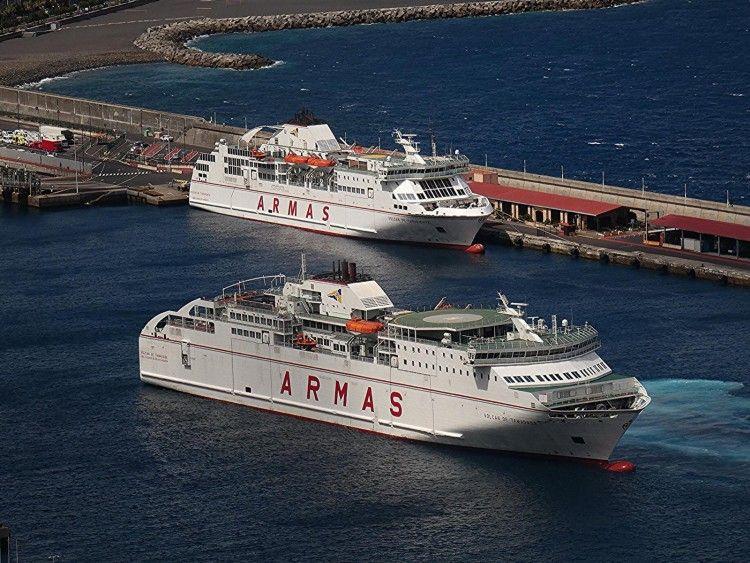 """El ferry """"Volcán de Tamadaba"""" maniobra a su llegada en el puerto de Santa Cruz de La Palma"""