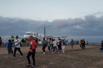 Los pasajeros abandonan el avión de Vueling en Fuerteventura