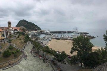 """El buque-escuela """"Juan Sebastián de Elcano"""", atracado en el puerto de Getaria"""