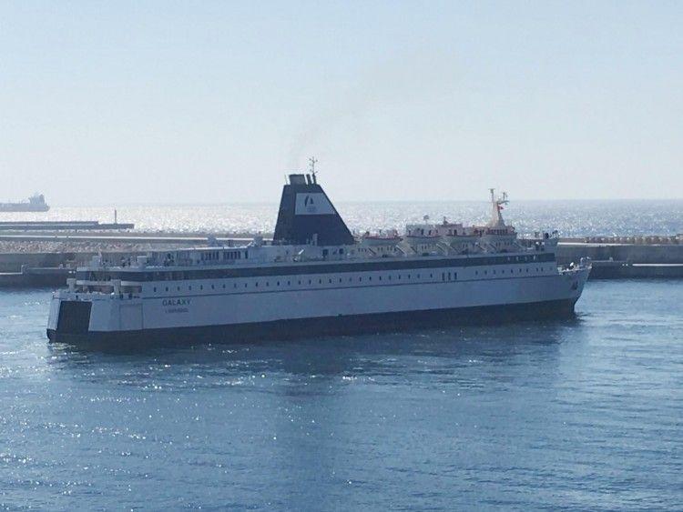 """El ferry panameño """"Galaxy"""" maniobra en el puerto de Tánger Med"""