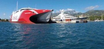 """El catamarán """"Volcán de Tagoro"""", atracado en el puerto de Papetee"""