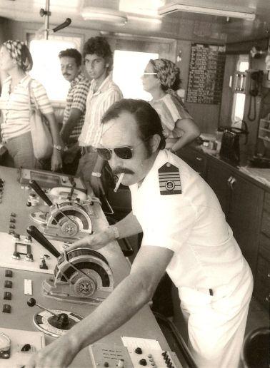 """El capitán Tomás González Sánchez-Araña, en el puente de mando del ferry """"Benchijigua"""""""