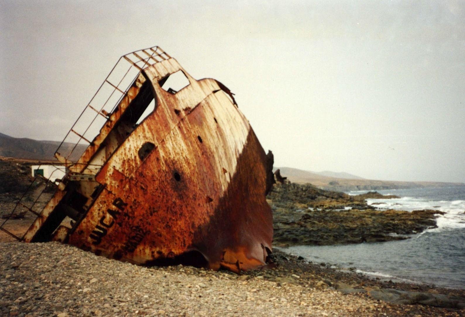 """La popa del buque """"Júcar"""" permaneció varada en la playa hasta su desguace"""