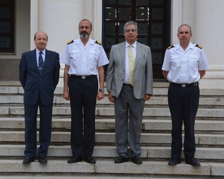 En la visita al Instituto Hidrográfico de la Marina, junto a su director CN José Ramon Fernández de Mesa y Temboury y el subdirector CF José Manuel Millán Gamboa