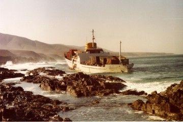 """El buque """"Júcar"""", embarrancado en la mañana del 22 de diciembre de 1984"""