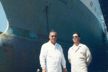 """Servando Peraza García y José García Oliva, en ropa de trabajo, en la varada del ferry """"Benchijigua"""" en el dique flotante de NUVASA"""
