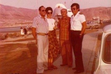 """Ángel Umbría, su esposa y su padre, junto al capitán Fernando Salvador Sánchez-Caro. Al fondo, el yelmo levantado del primer """"Benchijigua"""""""