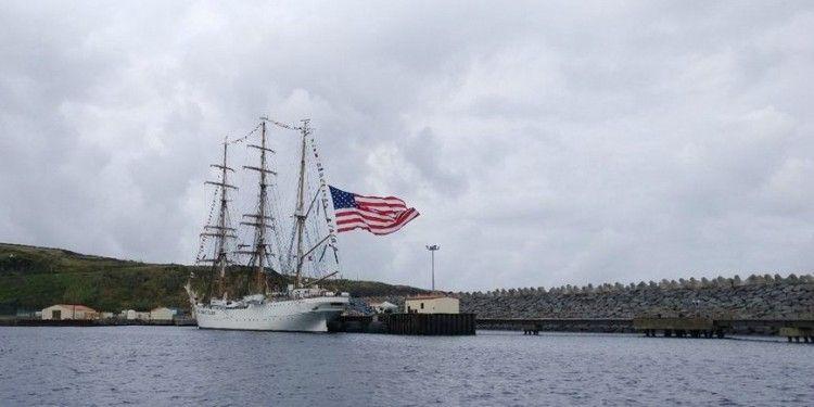 """El buque-escuela """"Eagle"""" larga al viento la bandera de EE.UU."""