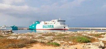 """El buque """"Hypathia de Alejandría"""", atracado en el puerto de Ciutadella"""