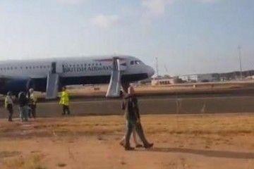 Los pasajeros abandonaron el avión por los toboganes de emergencia