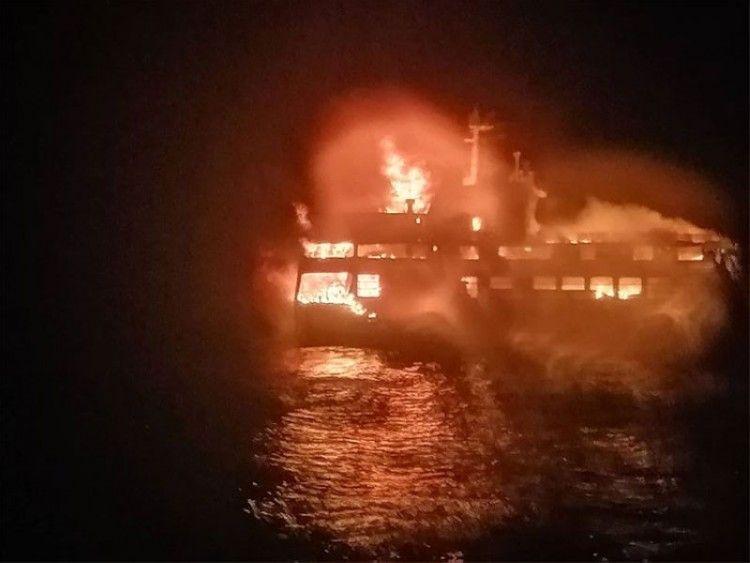 El fuego, en pleno fragor, envuelve la mitad del ferry siniestrado