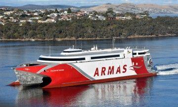 """El catamarán """"Volcán de Tagoro"""", a su salida de Hobart, Tasmania, donde ha sido construido"""