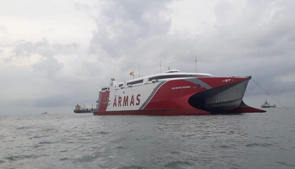 """El catamarán """"Volcán de Tagoro"""", a su llegada al puerto de Colón"""