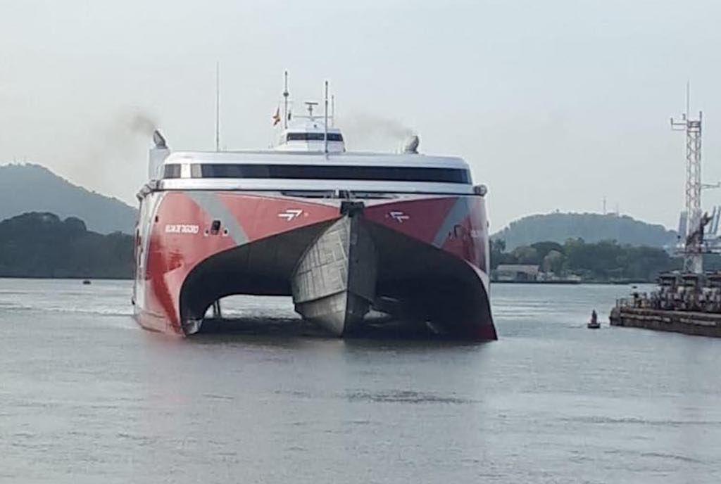 """El catamarán """"Volcán de Tagoro"""" comienza el cruce del canal de Panamá"""