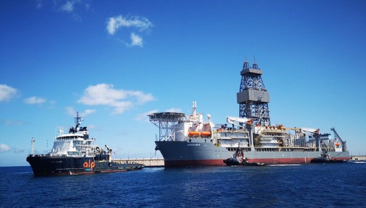 """Maniobra de salida del buque perforador """"Ensco DS-5"""""""
