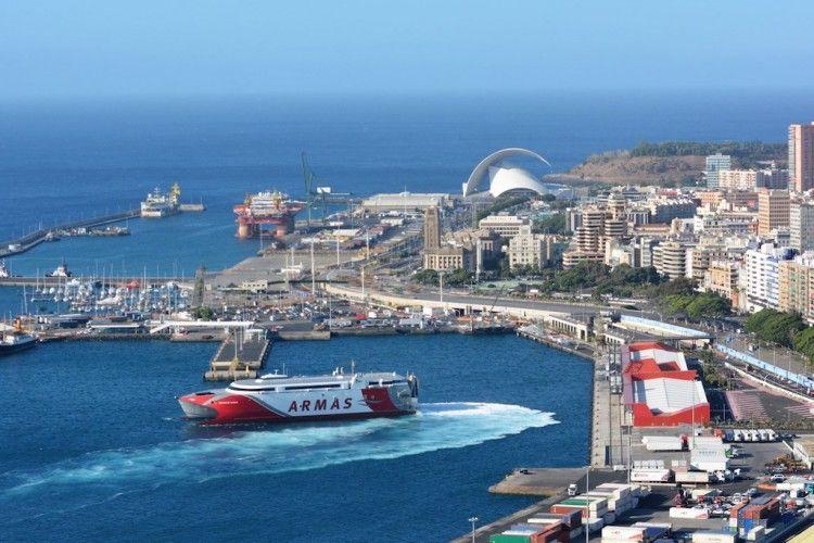 """El catamarán """"Volcán de Tagoro"""" maniobra en el puerto de Santa Cruz de Tenerife"""